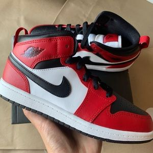 Air Jordan 1 Mid Chicago New in Box